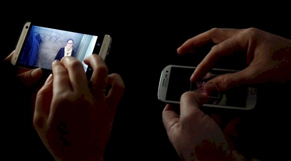 The HTC One (left) photo compared to the Samsung Galaxy S III (right) in a dimly lit restaurant setting. Photo: Alex Washburn/Wired